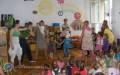 Całe gimnazjum czyta przedszkolakom